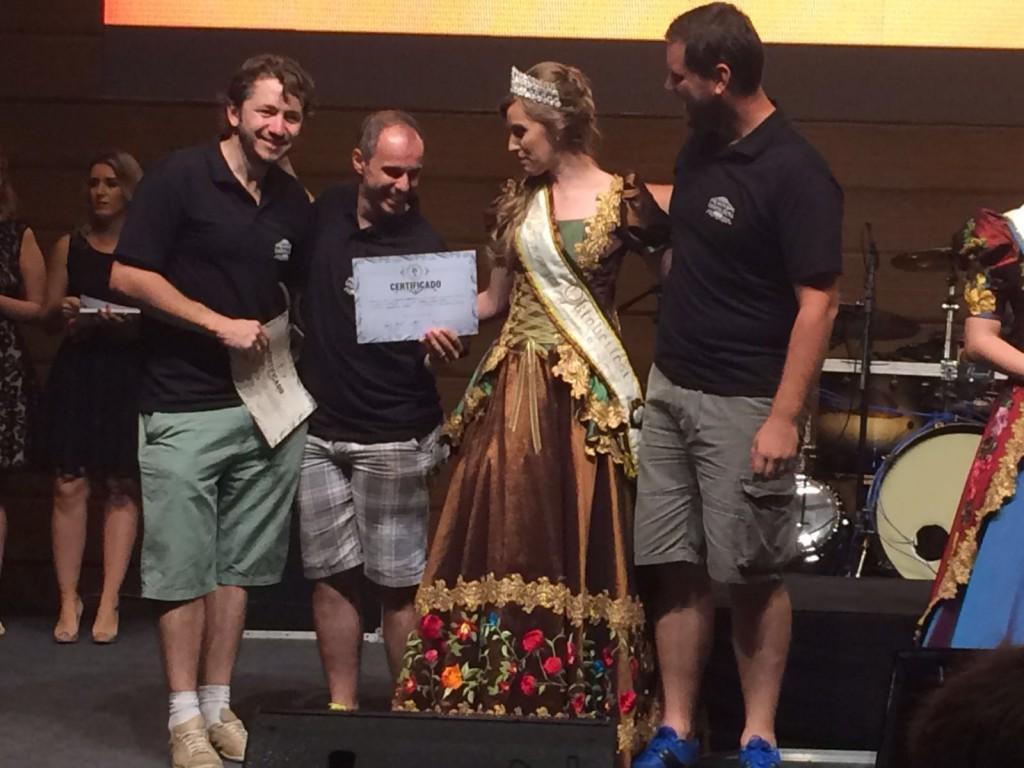 Rodrigo Veronese e Eduardo Valduga recebem certificado pelas cervejas premiadas